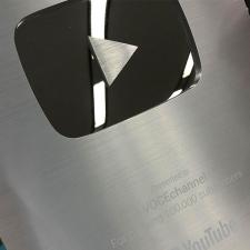 YouTubeのVOCE Channel、チャンネル登録10万人超えで、銀の盾をもらいました!