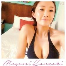 神崎恵さんの夏支度♡あえての下げ気味バストがセクシー