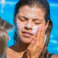 日焼け止めで肌の負担を感じる…どうしたらいい?
