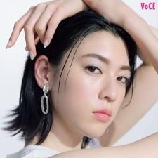 夏メイクの主役、きらめきシャドウで【三吉彩花】がクールビューティ顔に挑戦!