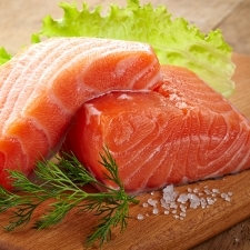 パリッと焼いた鮭が、サラダの主役♡美肌フィッシュでピンクアップ! サーモンのレシピ4選