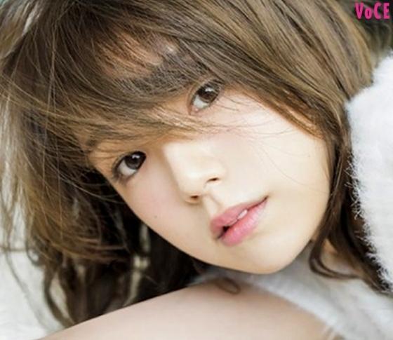 VOCEST! 史上初。「世界で最も美しい顔100人」篠崎愛の美肌コスメって?