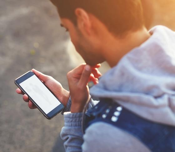 男性のホンネを調査「女子からのLINEの返信の早さで好意は変わる?」