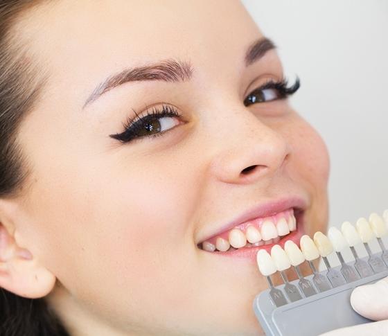 歯のホワイトニングで笑顔美人度、3割増しを狙え!【駆け込み歯科ナビ】