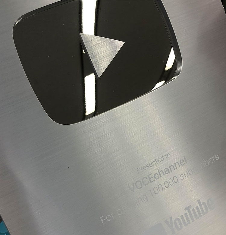 YouTubeのVOCE Channel、チャンネル登録10万人超えで、銀の盾をもらいました!