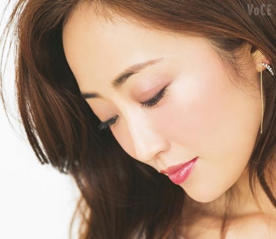 神崎恵さんの美人見えメイク♡この秋、誰でも似合うのは…深み濡れツヤEYE