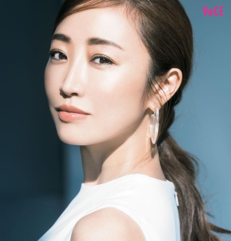 神崎恵さんが、いつもフレッシュなのはなぜ? 表情美が叶える「新・幸福論」[PR]