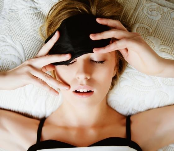 眠りが浅い、日中眠い、暑くて眠れない……不眠の原因&解決法