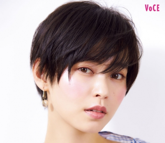 KATEの人気ファンデと「虹色ハイライト」で涼感メイクが完成!【比留川游】