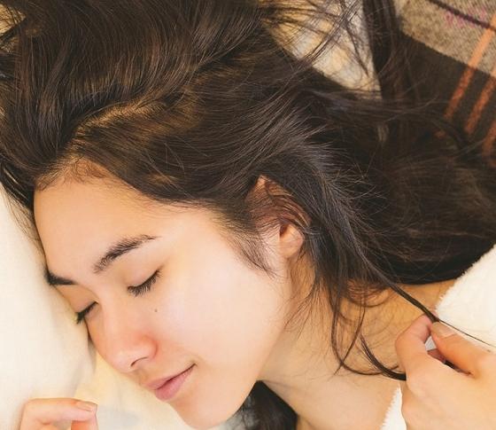 寝ながらパーマって……?寝る前に仕込むだけの時短ヘアテク