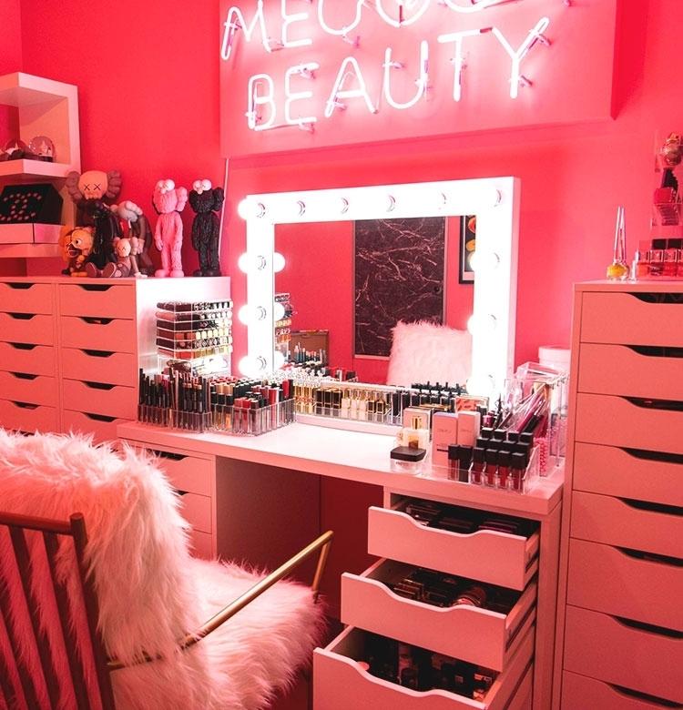 【初公開】メグベイビーの自宅に潜入! ピンクのネオンが輝く「メイクルーム」編&愛用コスメ