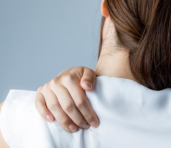 【腰痛改善・肩こり解消】誰でもできる腹式呼吸でこりを撃退!