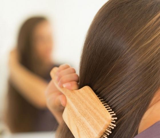 【天使の輪】が蘇る! ヘアブラシで「頭皮マッサージ」 一番効果が出るのは入浴前! 美髪エキスパートが教えます