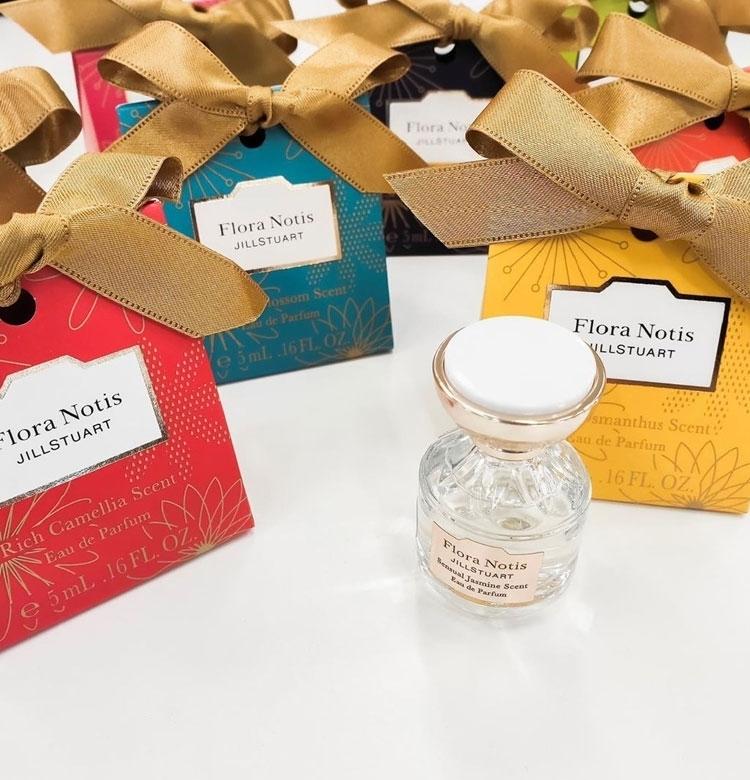 【クリスマスコフレ2019 フローラノーティス ジルスチュアート】かわいいオーナメントデザインのパッケージ♡