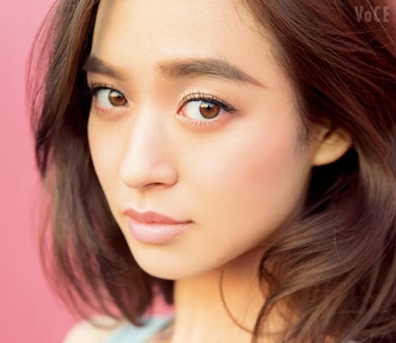 人気モデル 野崎萌香は春新色で、オードリー顔に