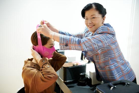 三好編集長に装着方法をレクチャーしてくれるおちゃめな山﨑社長。