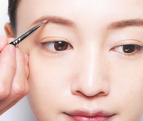 7.眉は真ん中から眉尻、眉頭の順に
