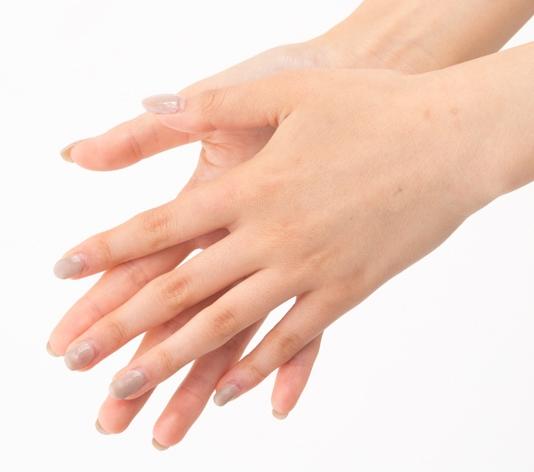 ①手のひらをこすって温める