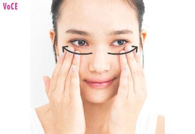 アイクリームを塗る。目まわり全体に塗布したら、目の下からこめかみまで優しく押しなじませる。