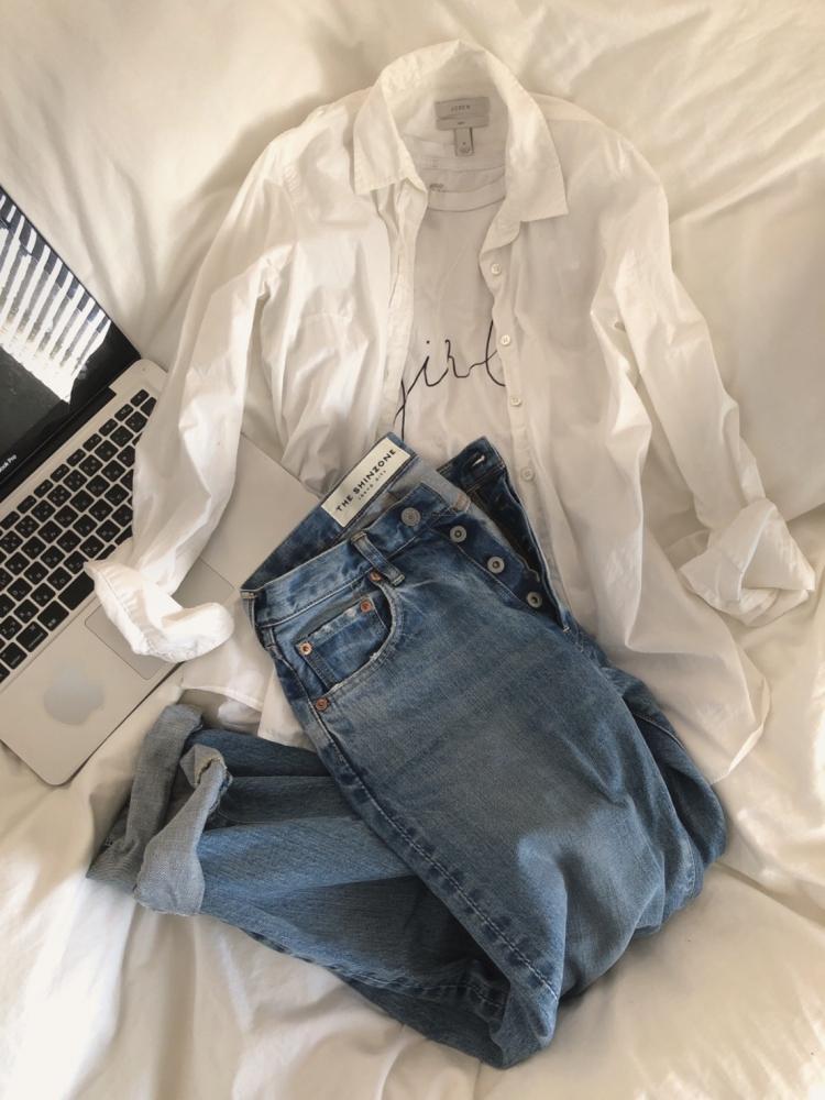 Tシャツ×デニムに、防寒を兼ねたシャツを軽く羽織って