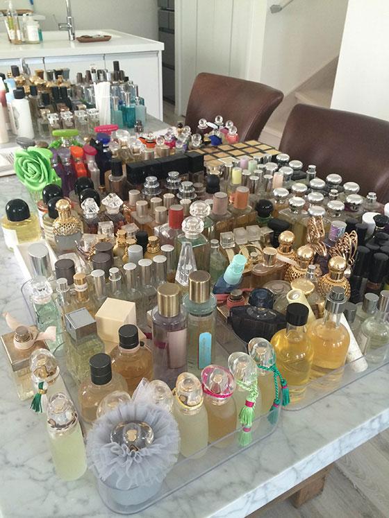 200本以上の香りのサンプルをかぎながら、イメージに合った好みの香りを見つけていきます