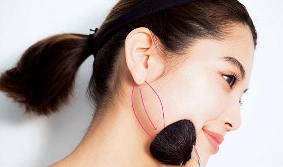 耳の下からフェイスラインの骨を大きめのブラシで挟むようなイメージでシェイディングカラーを入れていく