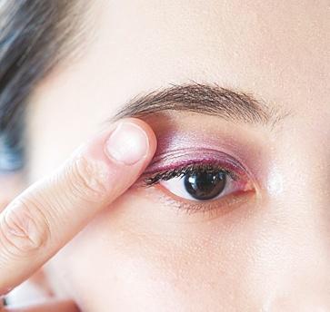 強く発色させたい目頭から塗り広げて意志的な印象に