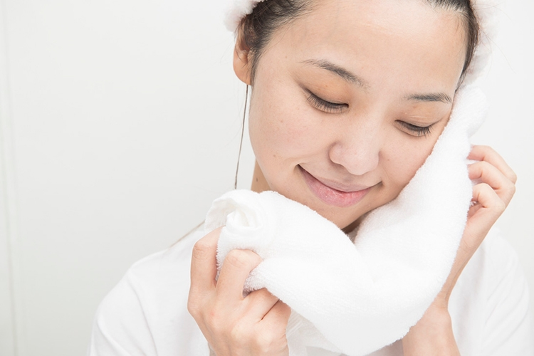 タオルで水気をおさえる。最後まで摩擦しないこと!
