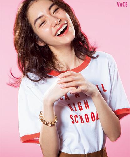 Tシャツ¥5900/ROSE BUD(SEEDS OF CALIFORNIA FOR ROSE BUD) パンツ¥28000/ドメニコアンドサビオ ブレスレット¥16000/コンバース トウキョウ 青山(コンバース トウキョウ)