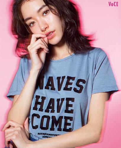 Tシャツ¥8300/グッドオフィス(RITA JEANS TOKYO) スカート¥22000/k3 OFFICE(Dickies×k3&co.)